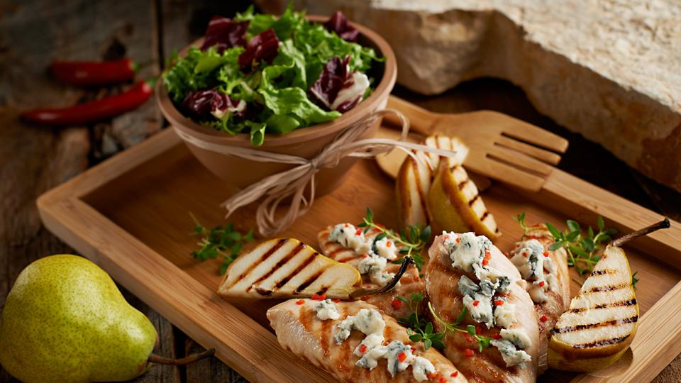 Grillowany indyk z pieczoną gruszką i serem pleśniowym